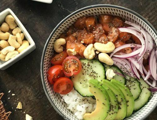 Ensalada poke de arroz con salmón