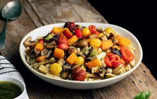 Pasta con verduras asadas y pesto de espinacas
